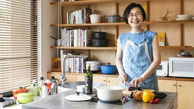 調理・食事・片づけが完了する一台三役の「ダイニングテーブル」。有賀薫の夫婦2人暮らしは劇的に変わった
