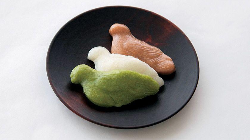 八幡さんのお使いの鳩をかたどった素朴な菓子 〜本家双鳩堂「鳩もち」