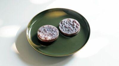 ふっくらとした小豆を寒天でまあるく閉じ込めて 〜宝泉堂「都の月」