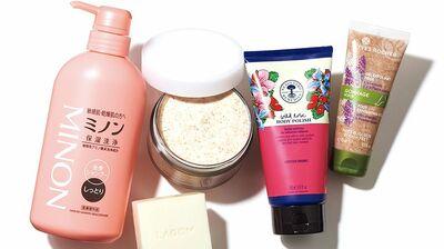 首やデコルテ、手足などは、乾燥すると年齢が出やすい。お風呂上がりのボディケアで上品なツヤをプラス!