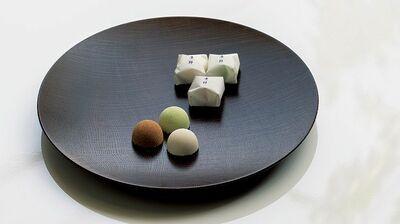 三色の落雁の中には、一粒の大徳寺納豆